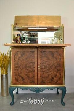 Armoire À Cocktail Art Déco Dans L'armoire À Boissons Vertes Et Dorées